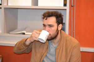 Guillermo Pérez, Host Coordinator de Impact Zaragoza, bebiendo café con cara de sueño